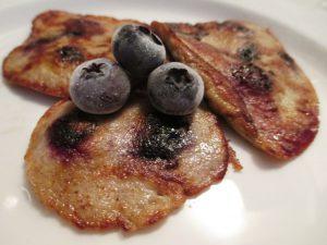 Four-Ingredient Pancake - Banana, Blueberries, Eggs and Cinnamon @solotravelgirl @wishfarms